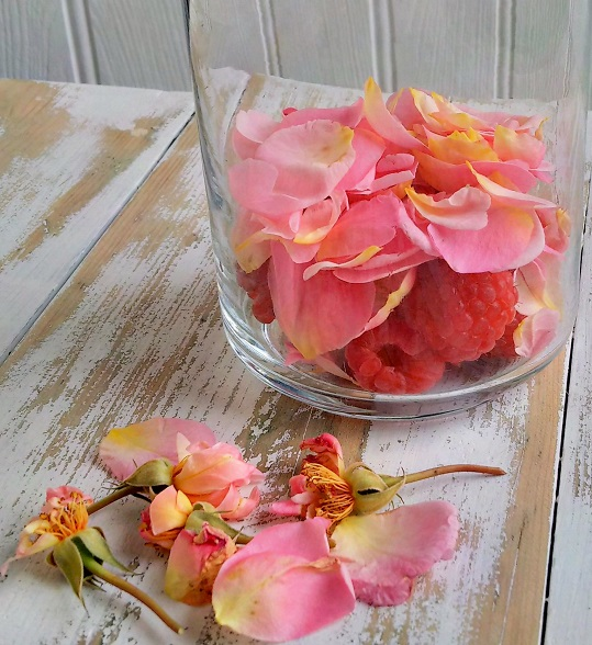 Fragrant_rose_petals_and_fresh_raspberries_to_flavour_vodka