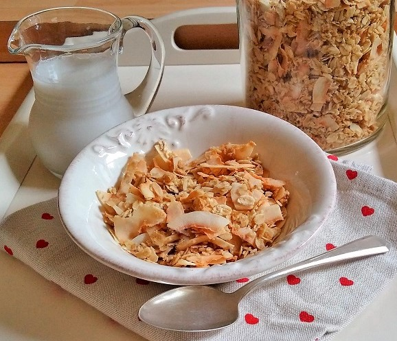 Breakfast_bowl_of_coconut_granola