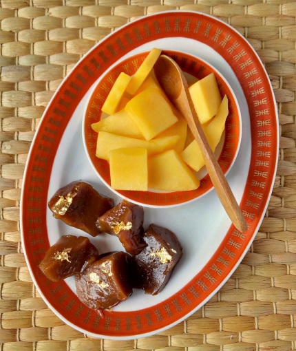 Sticky_rice_cake_with_fresh_mango
