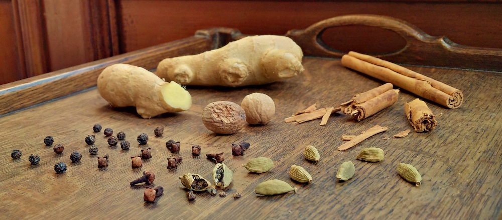 Selection_of_whole_spices_that_make_up_a_chai_masala_blend