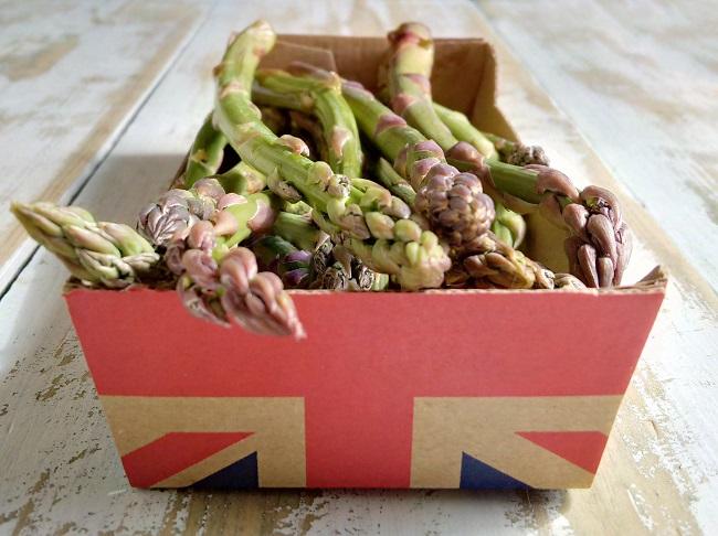 Freshly_harvested_British_asparagus