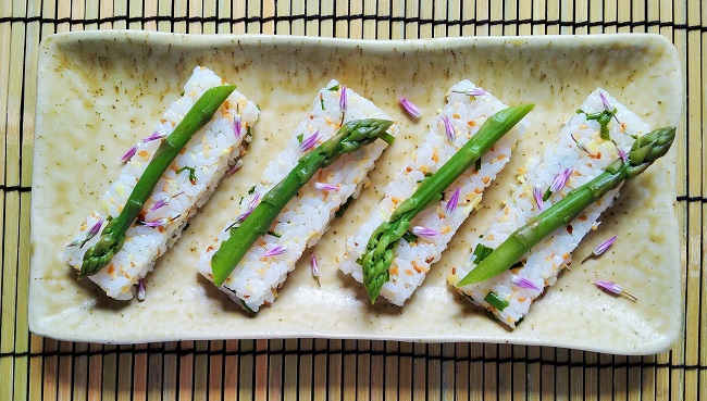 Sushi_rice_bars_topped_with_fresh_asparagus