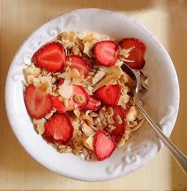 Bowl_of_granola_with_dried_strawberry_slices