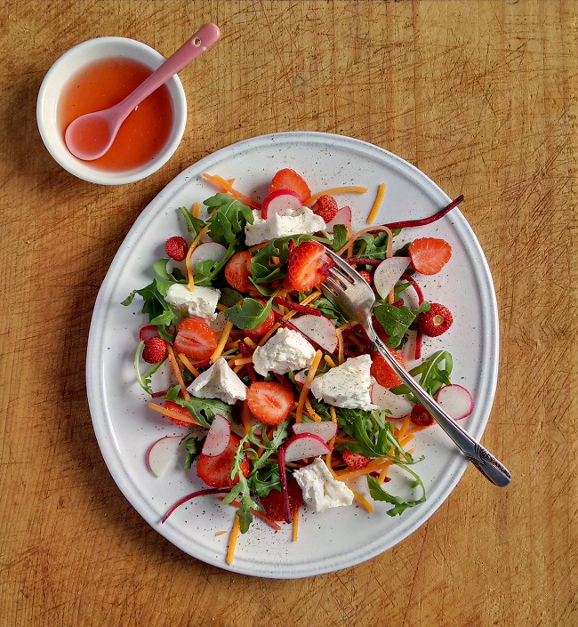 Fresh_strawberries_with_goat's_cheese_and_salad