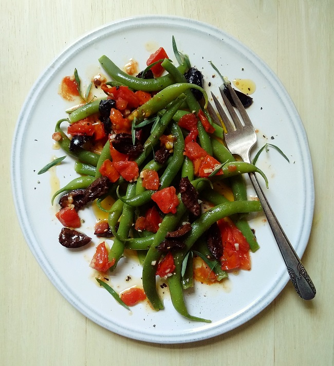 Plate_of_freshly_cooked_warm_French_beans_with_garlic_and_tomato_ressing