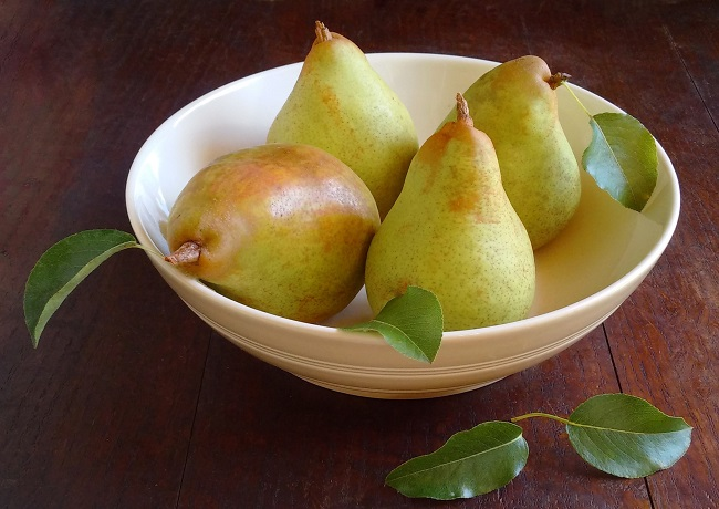 Bowl_of_freshly_picked_home-grown_Comice_pears