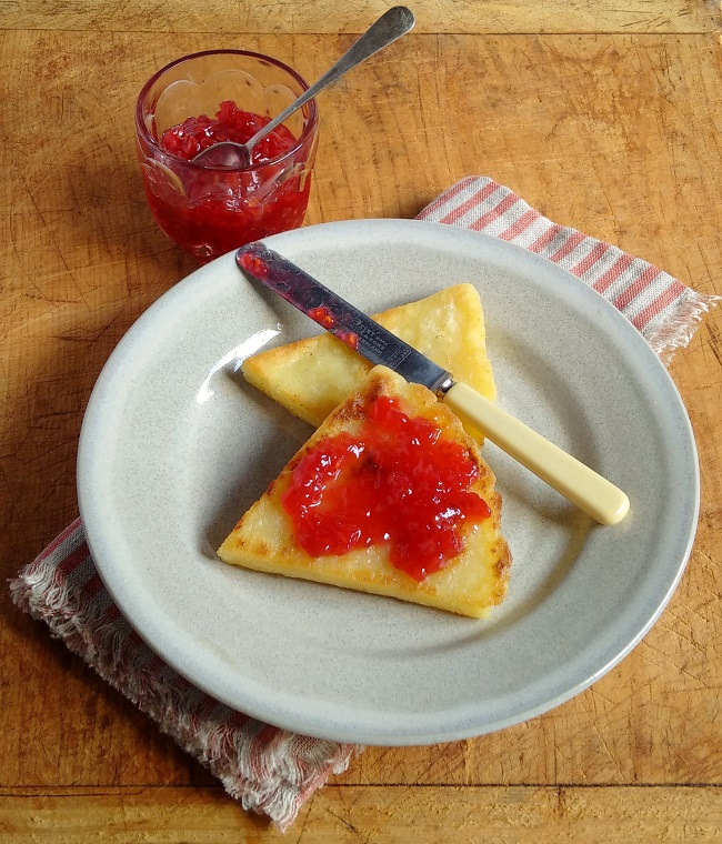 Servng_of_freshly_cooked_tattie_scones_and_jam