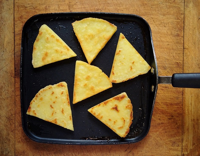 Flat_griddle_pan_with_cooked_tattie_scones