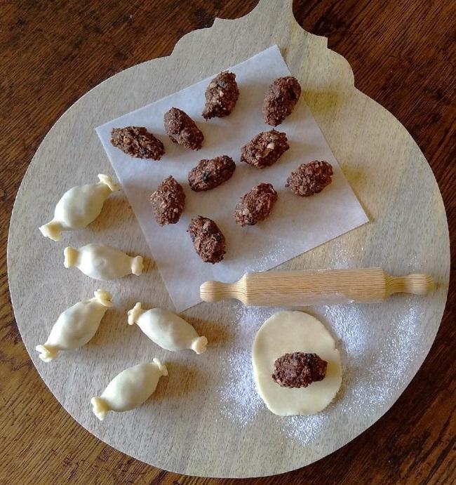 Preparing_mini_chocolate_haggis