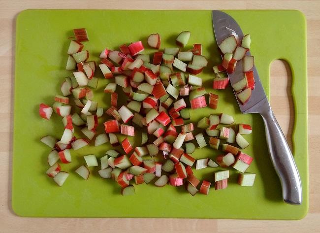 Chopped_fresh_rhubarb_on_a_chopping_board