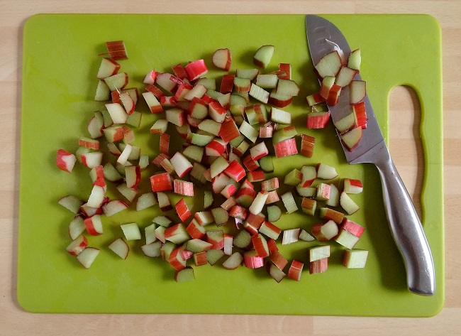 Chopped_fresh_rhubarb_on_a_chopping_board