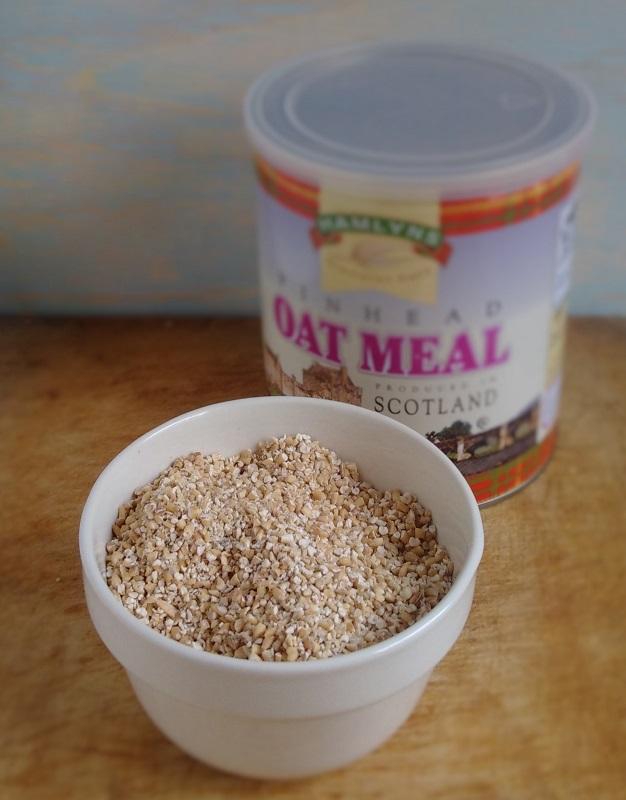 Tin_and_bowl_of_pinhead_oatmeal