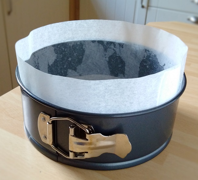 Greased_and_lined_spring-clip_cake_tin
