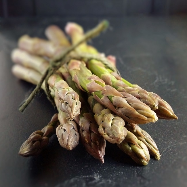 Bunch_of_fresh_British_asparagus