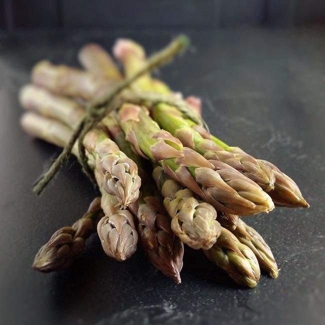Bunch_of_fresh_British_asparagus