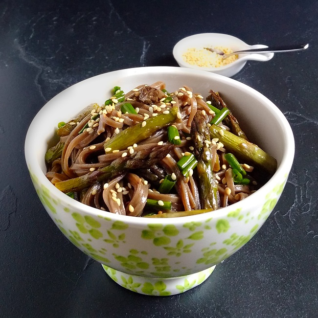 Bowl_of_soba_noodles_with_fresh_asparagus