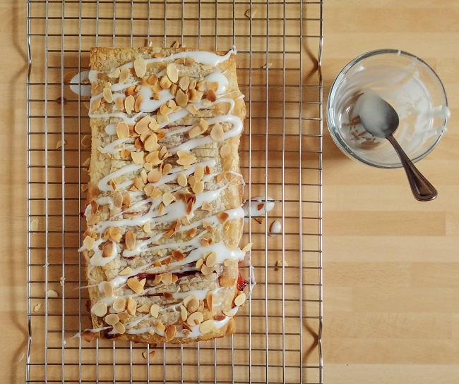 Jalousie_freshly_drizzled_with_almond_icing