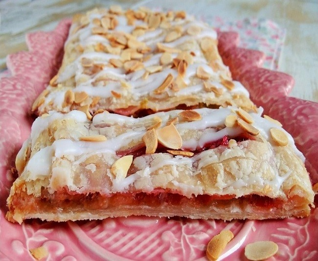 Sliced_rhubarb_and_almond_slatted_pastry