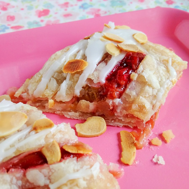 Slice_of_rubarb_and_almond_jalousie_ready_to_eat