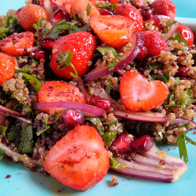 Fresh_strawberry_and_pomegranate_salad_sprinkled_with_sumac_powder