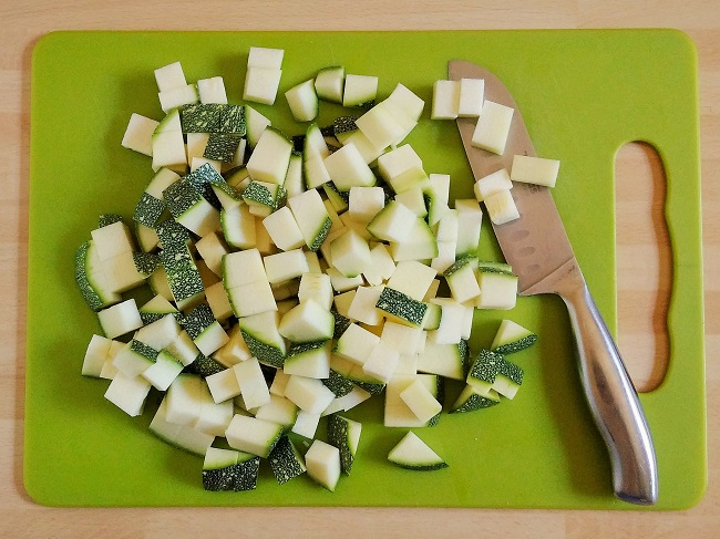 Freshly_chopped_courgette_on_a_chopping_board