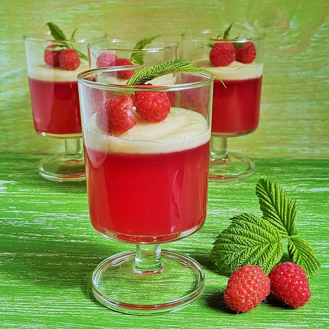 Glasses_of_raspberry_jelly_with_white_chocolate_topping