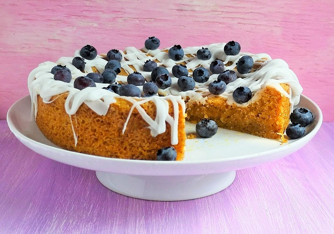 Iced_flax_seed_and_polenta_cake_with_blueberries