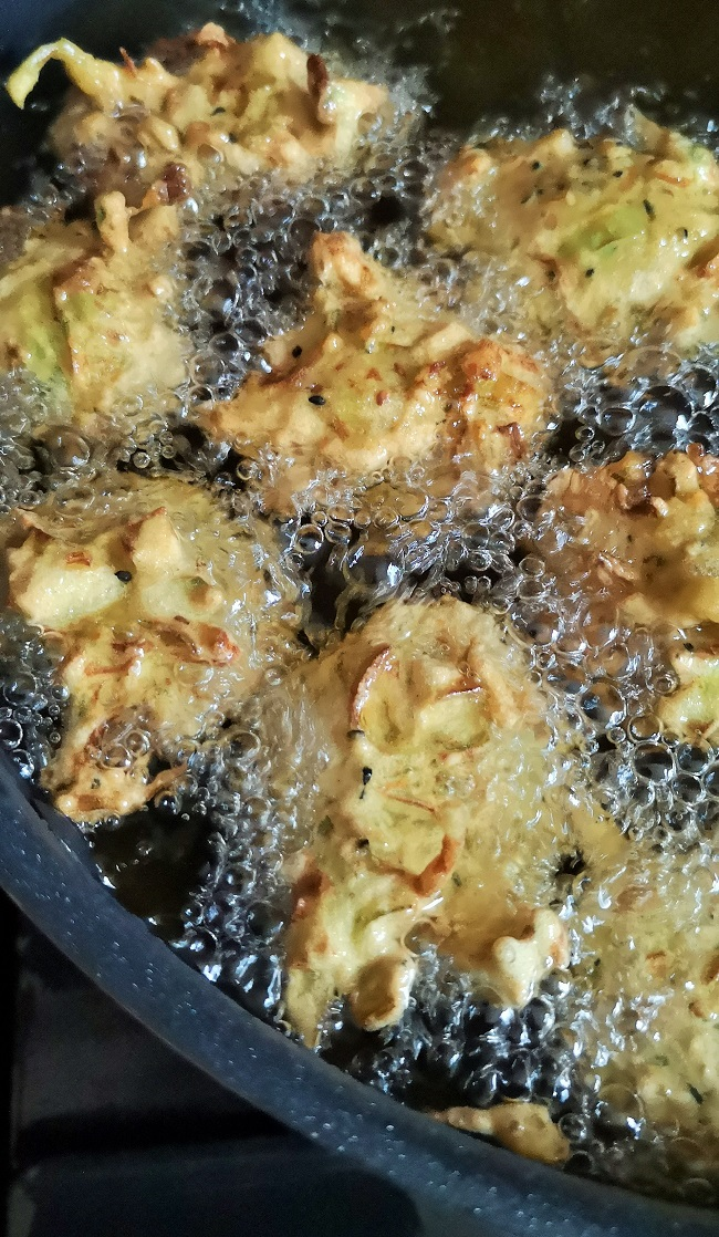 Courgette_and_leek_bhajis_being_deep_fried