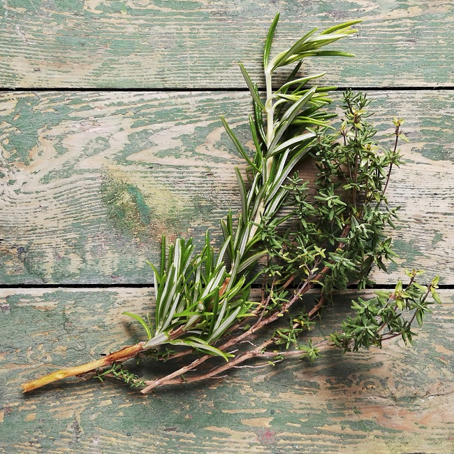Sprigs_of_fresh_rosemary_and_thyme