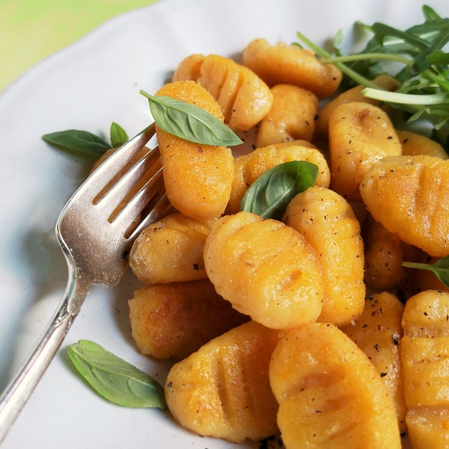 Close-up_on_serving_of_freshly_cooked_home-made_two_potato_gnocchi