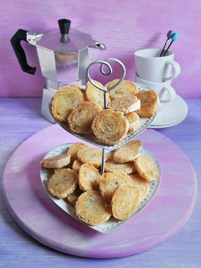 Small_2_tier_cake_stand_of_mini_gluten-free_arlette_biscuits
