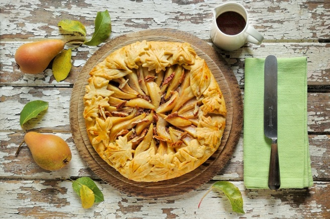 Pear_and_pecan_crostata_with_maple_syrup