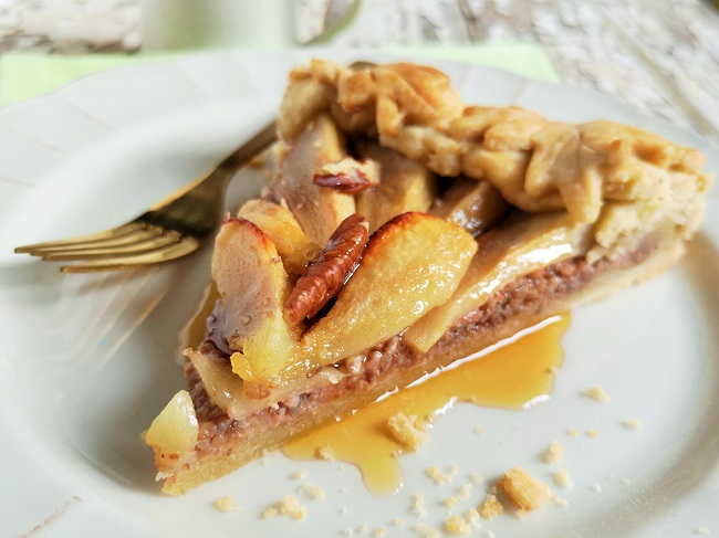 Slice_of_pear_and_pecan_crostata_with_maple_syrup