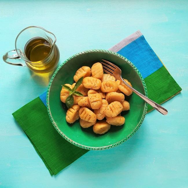Two_potato_gnocchi_single_bowl_serving_with_basil