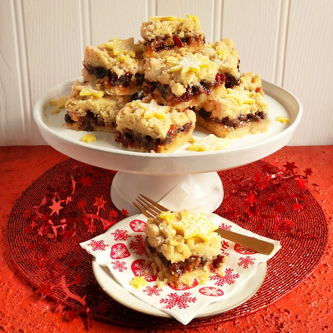Cake_stand_piled_high_with_mince_pie_crumbles