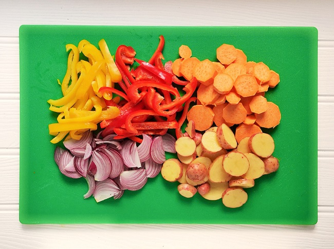 Prepared_vegetables_on_chopping_board