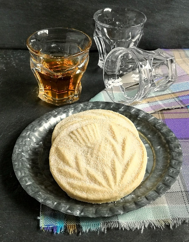 Thistle_embossed_shortbread_rounds_with_whisky_tumblers