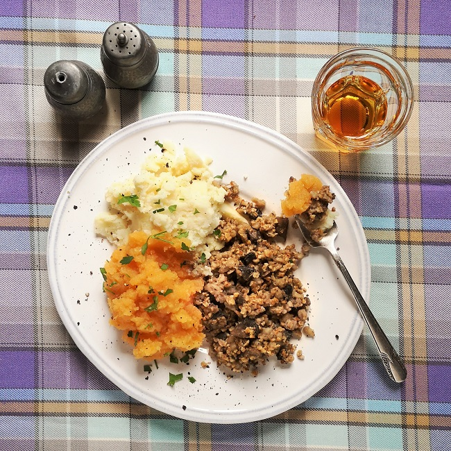 Single_portion_of_haggis_neeps_and_tatties