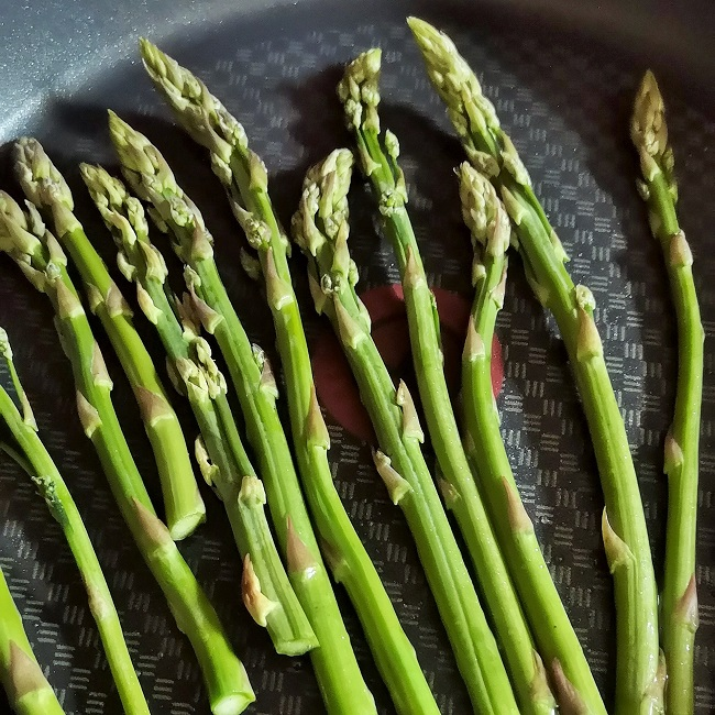 Fresh_British_asparagus_spears_cooking_in_a_hot_frying_pan