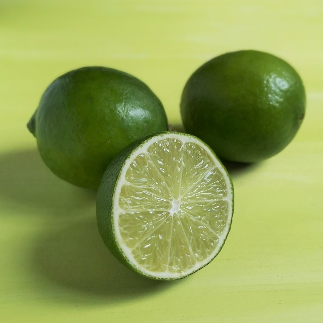 2_whole_fresh_limes_with_cut_lime_half