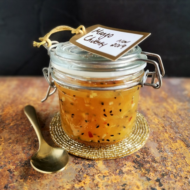 Small_kilner_jar_of_homemade_mango_chutney_with_spices