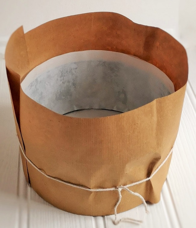 Lined_cake_tin_wrapped_in_brown_paper