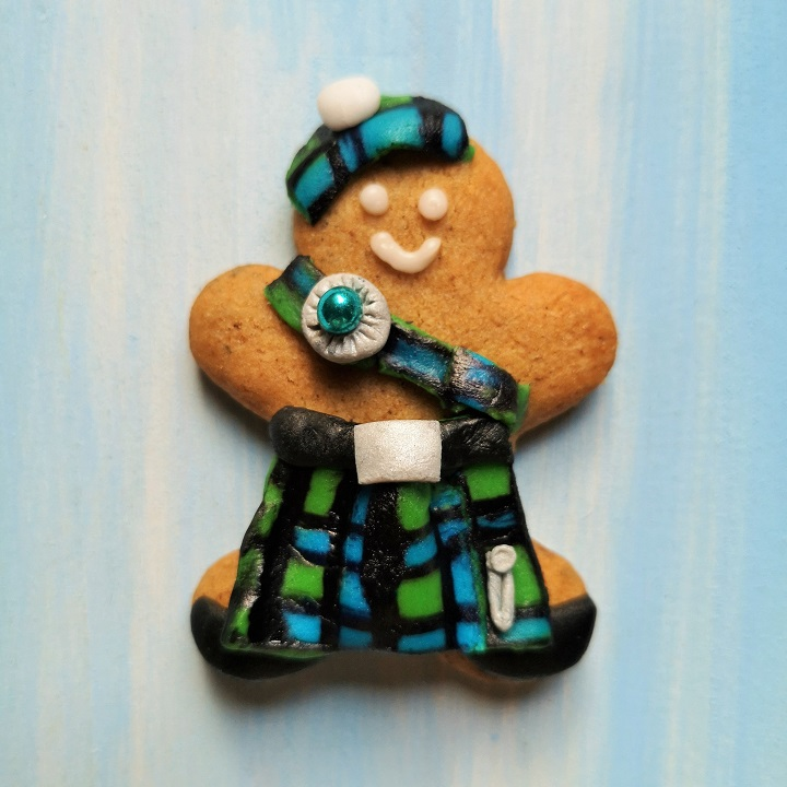 Small_gingerbread_man_with_icing_kilt_and_Highland_regalia