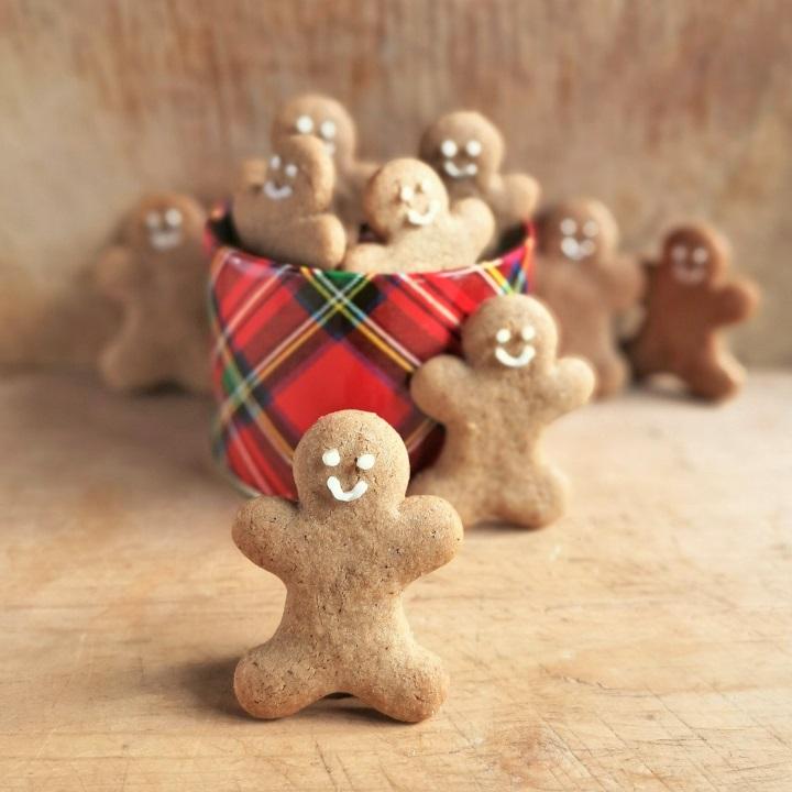 Small_tartan_tin_with_homemade_gingerbread_men
