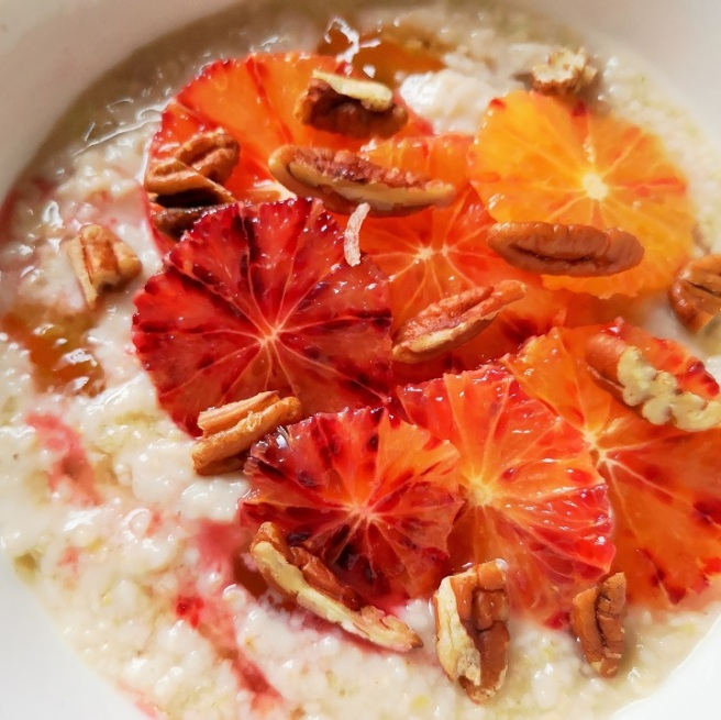 Close-up_on_oatmeal_porridge_with_marmalade_blood_oranges_and_pecan_nuts