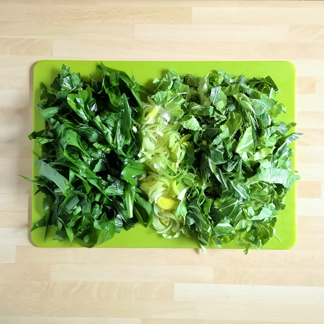 Green_chopping_board_with_chopped_wild_garlic_leaves_shredded_leek_and_shredded_spring_greens