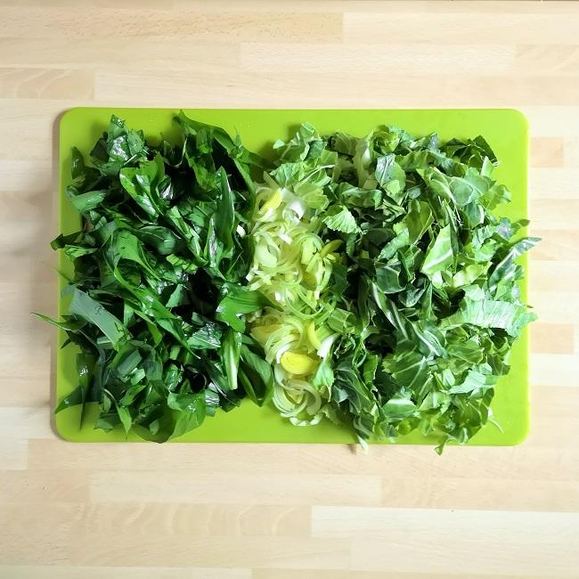 Green_chopping_board_with_chopped_wild_garlic_leaves_shredded_leek_and_shredded_spring_greens