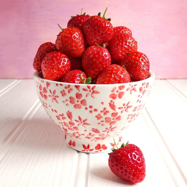 China_bowl_full_of_Scottish_strawberries