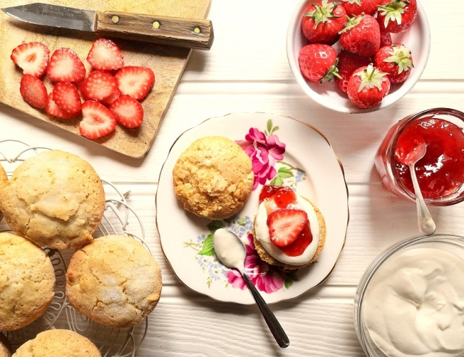 Preparation_of_filling_shortcakes_with_cream_jam_and_fruit