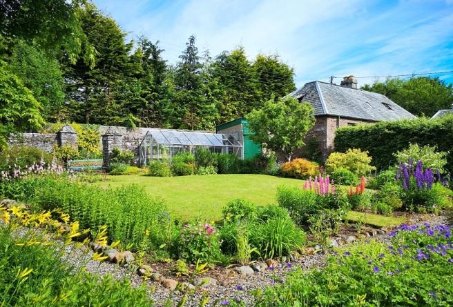 Scottish_country_flower_garden_in_early_June_2020
